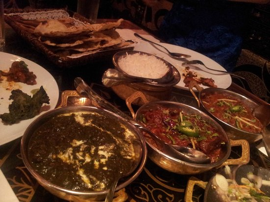 Khansama Tandoori Restaurant : Huge spread, including Palak Paneer