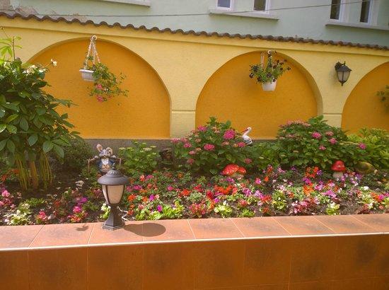 Bistra & Galina Hotel: Garden gnomes