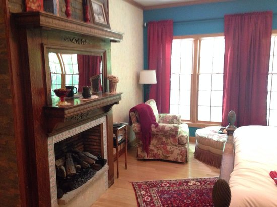 Hidden Serenity Bed & Breakfast: Kettle Moraine Suite - that chair was heavenly!