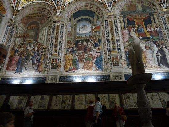Biblioteca Piccolomini: Libreria Piccolomini all'interno del Duomo di Siena
