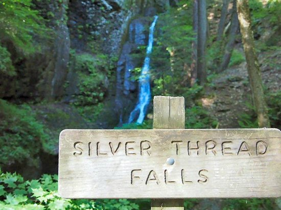 Dingmans Falls : Silver Thread Falls, and its sign in the foreground