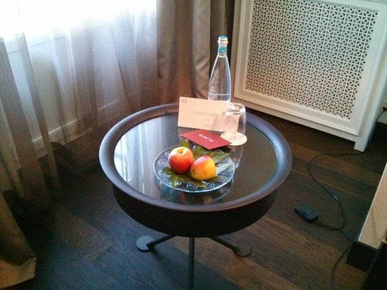 Lausanne Palace & Spa: Apples and water waiting
