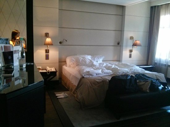 Lausanne Palace & Spa: Modern bed