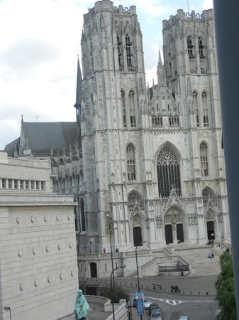 NH Brussels Grand Place Arenberg: Vista lateral ventana (Catedral)