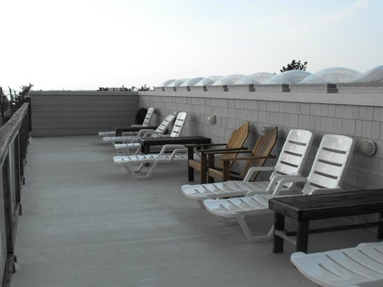 Jolly Roger Motel: roof top deck