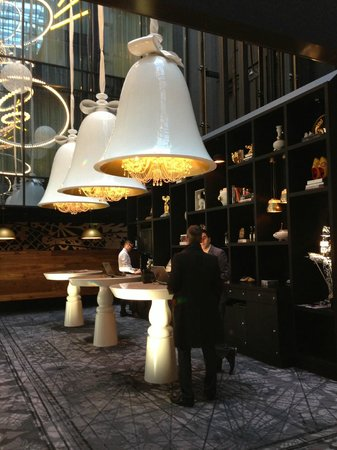 Andaz Amsterdam Prinsengracht : Hotel beautifully decorated lobby