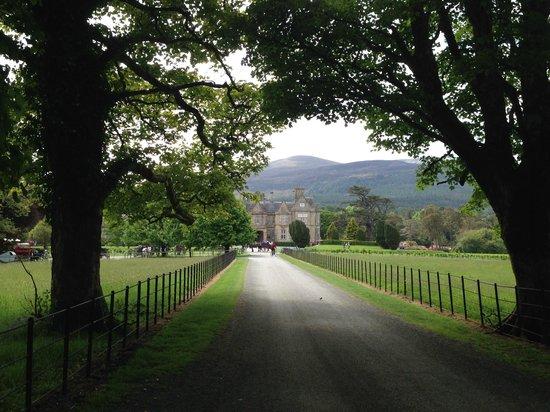 Killarney National Park: Riding up upon Muckross House.