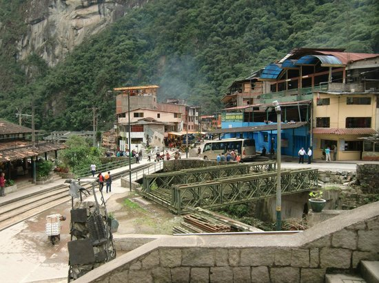 Santuario Histórico de Machu Picchu: Peru Rail coming thru middle of MP pueblo