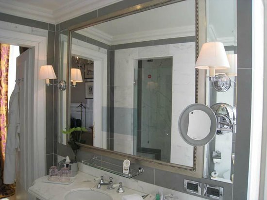 The St. Regis Florence : TV in the mirror!