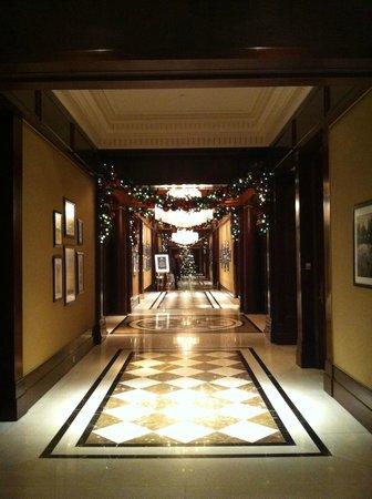 JW Marriott Essex House New York: Ground Floor Hallway