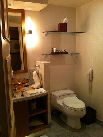 JW Marriott Essex House New York: Bathroom