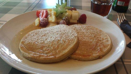 Von der Motte: Pancakes mit Ahornsirup und frischen Früchten