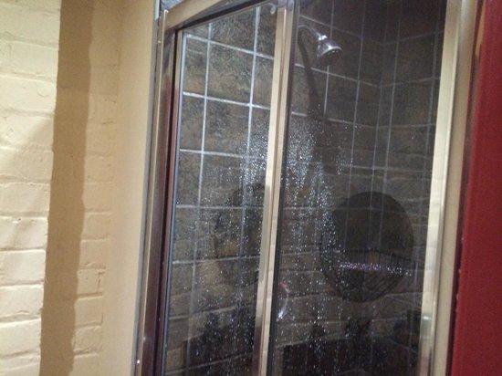 Victoria Warehouse Hotel: Shower