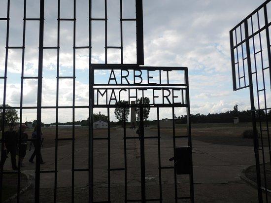 """Sachsenhausen Concentration Camp : inscrição do portão de entrada """"O trabalho liberta"""""""