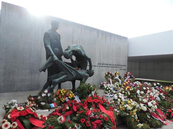 Sachsenhausen Concentration Camp : flores para honrar os mortos, que não são esquecidos, apesar dos 60 anos passados.