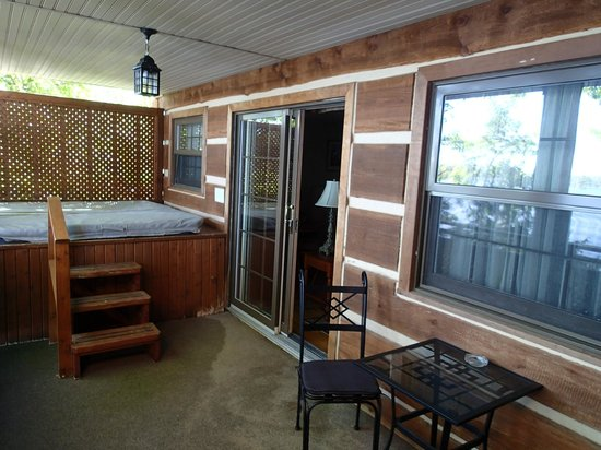 The Irwin Inn: Private hot tub with lake view on our deck