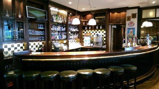 Steigenberger Frankfurt-Langen: Eine gemütliche Bar. Bier vom Hahn: Radeberger