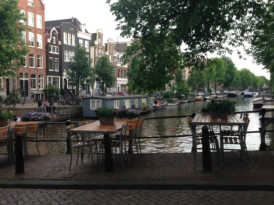 De Belhamel: View of canal. Sit outside on a nice evening?