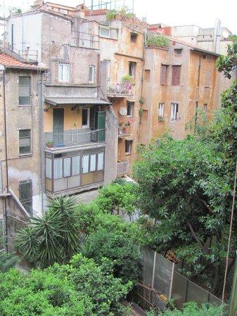 Merulana Suite 2: Vue de la salle du Petit-Déjeuner sur le Jardin