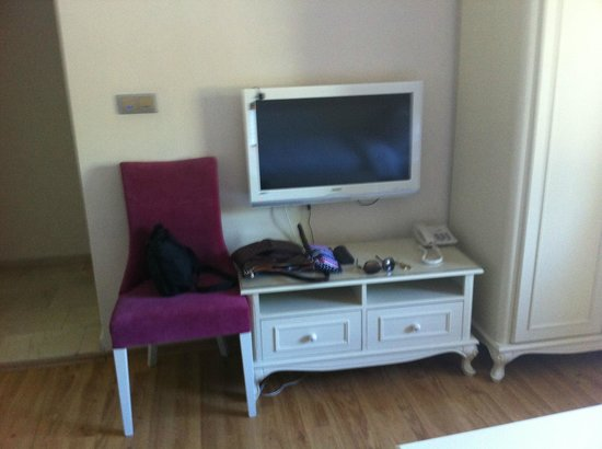 Istanbul Garden Suite: TV, chair and table in living room