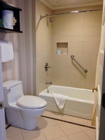 The Equinox Golf Resort & Spa: modern bathroom
