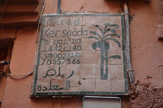 Riad Ker Saada: oznaczenie hotelu - przed wejściem