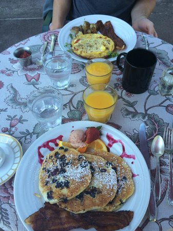 Woolverton Inn: Delicious breakfast- blueberry pancakes and fritatta with maple bacon