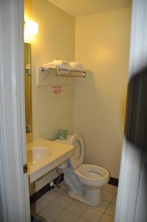 Rodeway Inn: Bathroom area