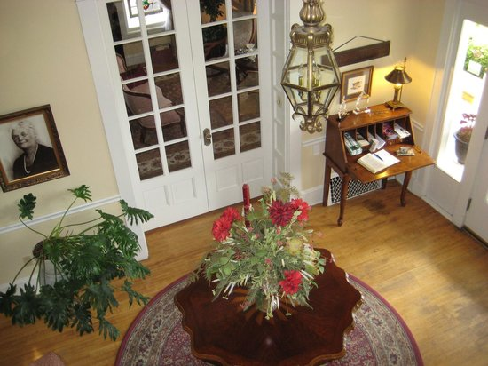 Hudspeth House Bed and Breakfast: Entry foyer