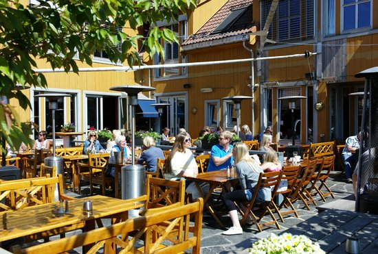 Vaertshuset Pieder Ro: The terrace on a sunny day in May