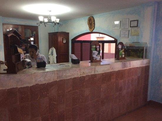 Hotel Los Arcos: Front Desk