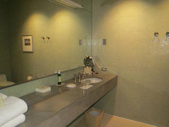 Hotel Healdsburg: large bathroom, modern decor