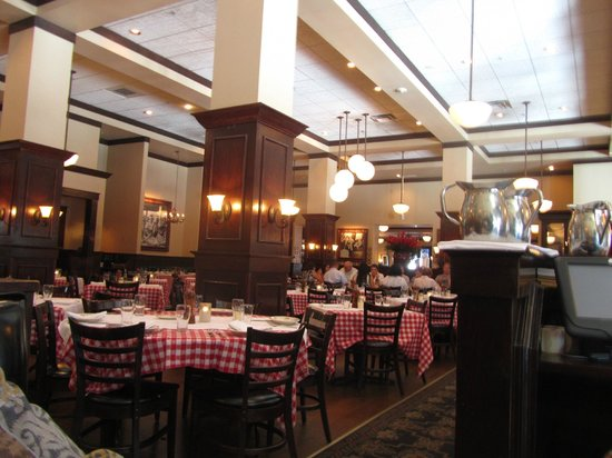 Maggiano's Little Italy : Photo of Dining area