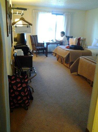 Foothills Inn: This room is HUGE!