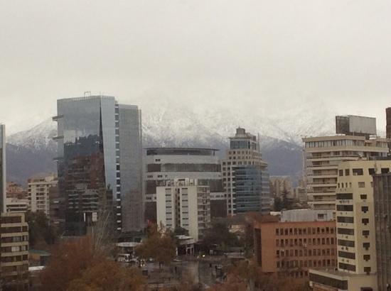 NH Collection Plaza Santiago: otra vista con la cordillera nevada