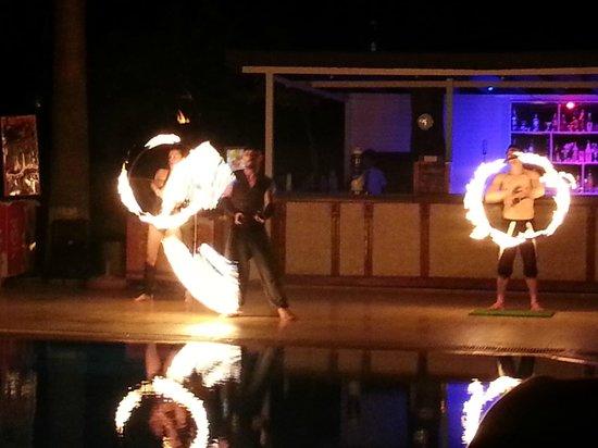 Akdeniz Beach Hotel: огненное шоу от анимации