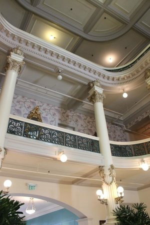 Menger Hotel: Looking up in the old section of the hotel