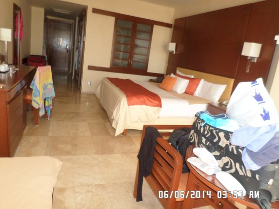 Grand Sunset Princess All Suites Resort : main lobby, wifi area, sports bar