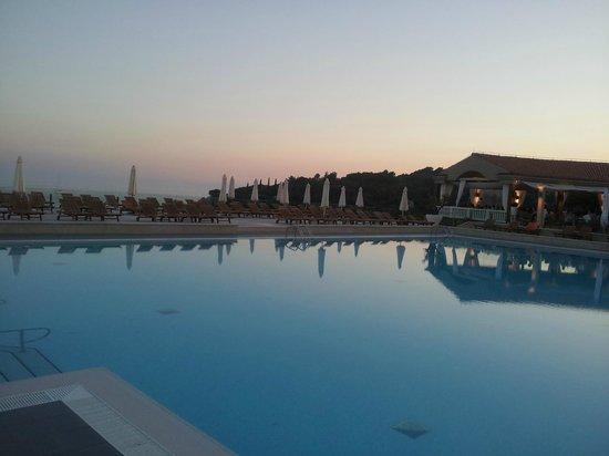 Park Plaza Verudela Pula: Hotel pool at 7.30 pm