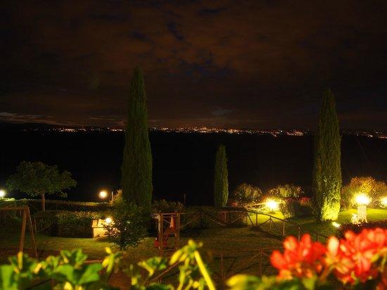 Agriturismo gli archi di Corsanello: Im Hintergrund die Lichter von Siena