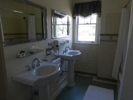The Inn on Knowles Hill Bed and Breakfast Hotel: Large bathroom with double pedestal sinks