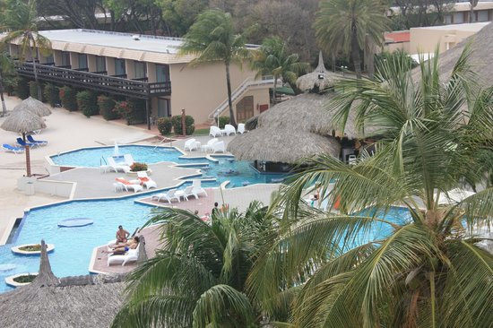 Sunscape Curacao Resort Spa & Casino: The pool and bar