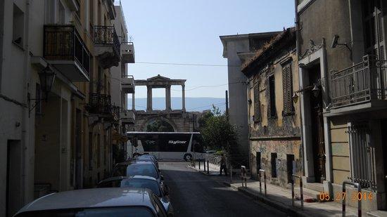 AVA Hotel Athens : Hadrian's Arch from AVA Hotel entrance