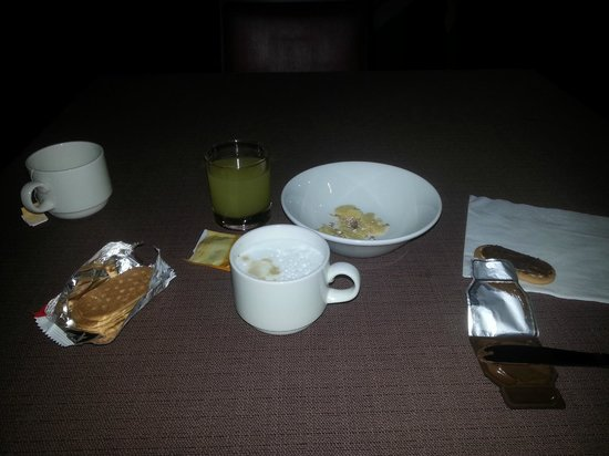 AirportHotel Verona Congress & Relax: Breakfast for two, not worth 8 euros