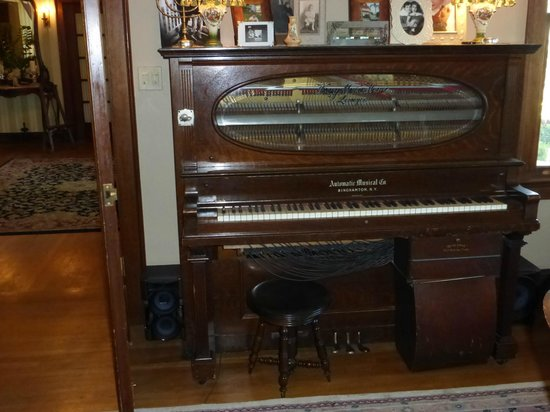 The Inn on Knowles Hill Bed and Breakfast Hotel: The antique player piano in the parlor