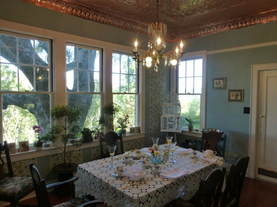 The Inn on Knowles Hill Bed and Breakfast Hotel: Smaller Breakfast Room with copper ceiling