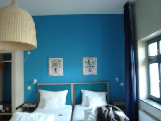 The Circus Hotel: Este quarto é espaçoso, porque é especial para deficiente. Foi uma oferta de última hora!