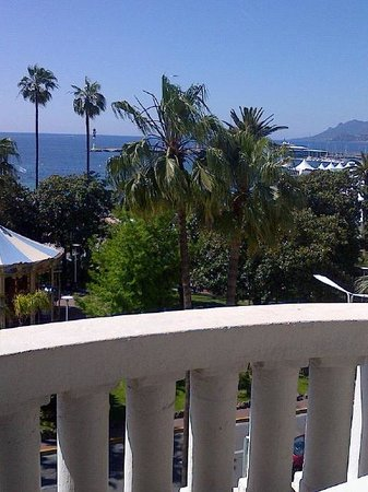 Hôtel Barrière Le Majestic Cannes: View to the left from room 321 - the view straight out is the sea!