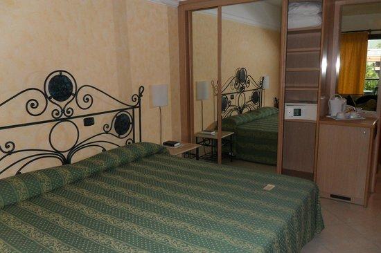 Fiesta Hotel Athenee Palace : lit de 2 m....