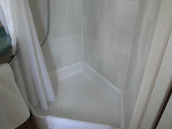 Ibis Orléans Centre : Pequeño reducto para tomar una ducha.